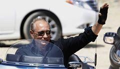 'Správný chlapák' Putin se tentokrát projel na Harley-Davidson