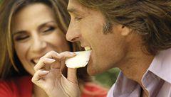 Z obchodů se stahuje italský sýr, lidem z něj skřípou zuby