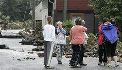 Lidé z postižených oblastí potřebují rukavice, lopaty i balenou vodu