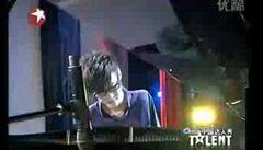 Čína má novou hvězdu. Bezruký pianista okouzlil miliony lidí