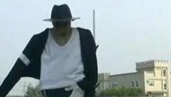 Michael Jackson plaší ptáky na rýžovém poli v Tchaj-wanu