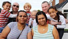Sestry porodily dvě děti, každá jedno světlé a jedno tmavé barvy pleti