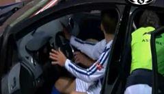 Vstřelil gól a oslavil ho troubením a řízením auta. Bez řidičáku