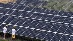 Fotovoltaické elektrárny na Znojemsku staví cizinci pracující načerno