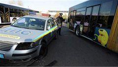 Ukrajinský politik slavil, naboural autobusem do policejního auta