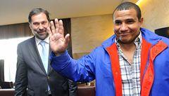 Propuštěný kubánský vězeň přiletěl s rodinou do Prahy, vítal ho John
