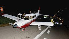 Francouzi nouzově přistáli na silnici u Brna, jiný pilot zastavil dopravu
