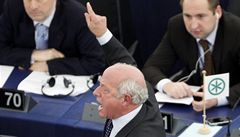 Europoslanec vykřikl v parlamentu nacistické heslo, vykázali ho