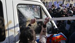Britští studenti opět vyšli do ulic. Zdemolovali policejní auto