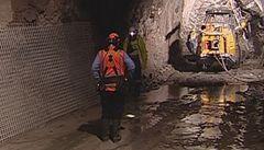 V uralském dole propukl požár, oheň uvěznil devět horníků