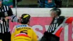 Šílený hokejista 'knockoutoval' sudího, šestnáct zápasů si nezahraje