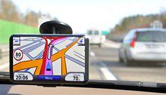 Významný autoservis instaloval do vozů kradené navigace. Teď čelí žalobě