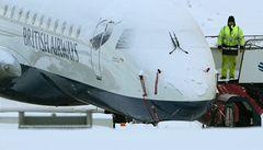 Pražské letiště muselo kvůli sněhu přerušit provoz. Některá letadla přistála v zahraničí