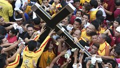 OBRAZEM: Milion lidí se chtěl v obří tlačenici dotknout černého Ježíše