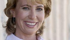 Postřelená kongresmanka otevřela oči a hýbe se. Je to zázrak, říkají lékaři