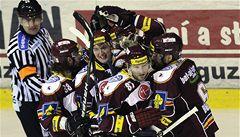Hokejová Sparta živí naději na play off. Třinec i přes zaváhání dál vede