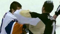VIDEO: Bitka brankářů v NHL. Splnil si sen a soka sundal. Přišel ale o nulu
