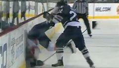 VIDEO: Nejdrsnější hity NHL. Praskají kosti, mezi 'oběti' patří i Češi