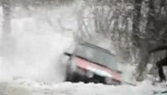 Zázrak. Na rallye přežil srážku s autem a ještě mu pomáhal zpět na trať