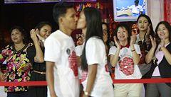 Thajské páry překonaly rekord v líbání. Někteří lidé kolabovali