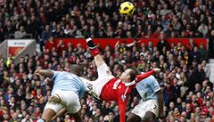 VIDEO: Bitvu o Manchester vyhráli United. Rozhodly Rooneyho 'nůžky'