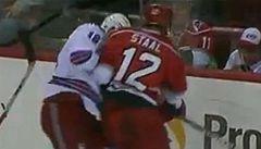 VIDEO: Eric Staal ostře sundal bráchu a zranil ho. Co na to rodiče?