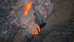 Havajský vulkán chrlí lávu, dno kráteru se propadlo o 130 metrů