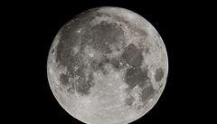 Měsíc je prý mladší, o 200 milionů let