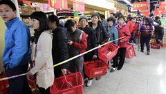 Číňané kupují dovozové potraviny, místní obchodníky kontrolují testery