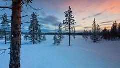 Pestrobarevná krása polární záře v norské tundře