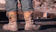 Čínský dělník nosí čtyřsetkilové boty. Kvůli bolesti zad