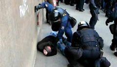 Policistu, který rozbil hlavu fanouškovi Slavie, vyšetřují