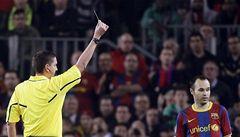 Přijde Iniesta o El Clásico za úmyslnou žlutou?