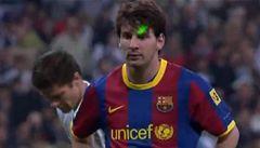 VIDEO: Svítili na něj laserem, přesto se Messi trefil