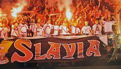 Fanoušci v kuklách napadli fotbalisty Slavie, chtěli útočit i kameny