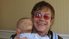 Lady Gaga je kmotrou mého syna, přiznal Elton
