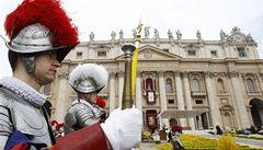 Švýcarská garda, která chrání papeže od 15. století, bude mít umělohmotné přilby vytištěné na 3D-tiskárně