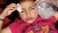 Píchala osmileté dceři botox. O dítě přišla