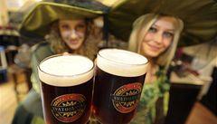 Do hospod míří červené Svatojánské pivo