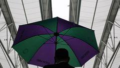 Wimbledon trápí déšť. Střecha se vyplácí