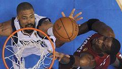 VIDEO: Zahodil míč. Za trest zaplatí půl milionu