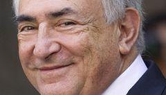 Strauss-Kahn prý pokojskou nemohl znásilnit, čněla nad ním