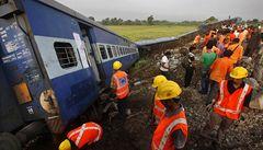 V Indii vykolejil vlak, zemřelo 67 cestujících