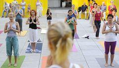 OBRAZEM: U Národního divadla se cvičila jóga