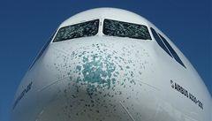 Airbus nouzově přistál na Ruzyni. Poškodily ho kroupy