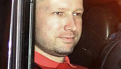 Masový vrah Breivik u soudu. Ke slovu ho nepustili