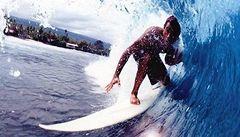 Surfař, který se pravé vlny dočkal