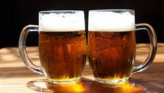 Ve vedrech se více piva neprodá. Lidé pijí až večer, tvrdí výrobci