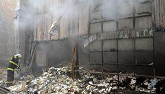 V Praze hořel sklad barev, část budovy se zřítila