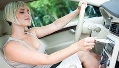 Co dělají Češi za volantem? Píší textovky, nadávají i provozují sex